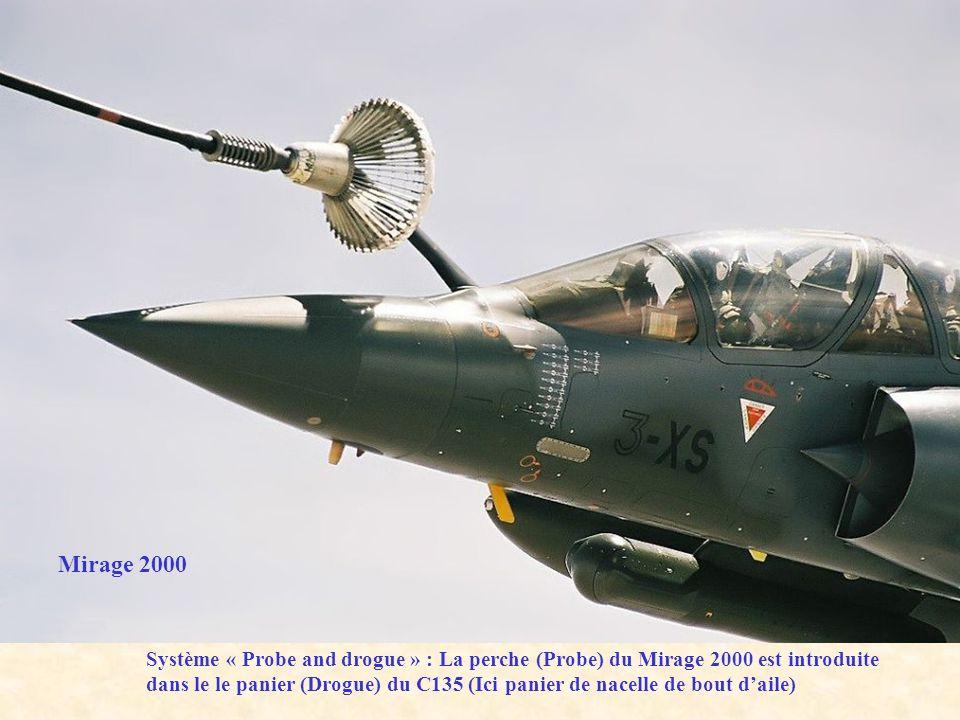 Système « Probe and drogue » : La perche (Probe) du Mirage 2000 est introduite dans le le panier (Drogue) du C135 (Ici panier de nacelle de bout daile