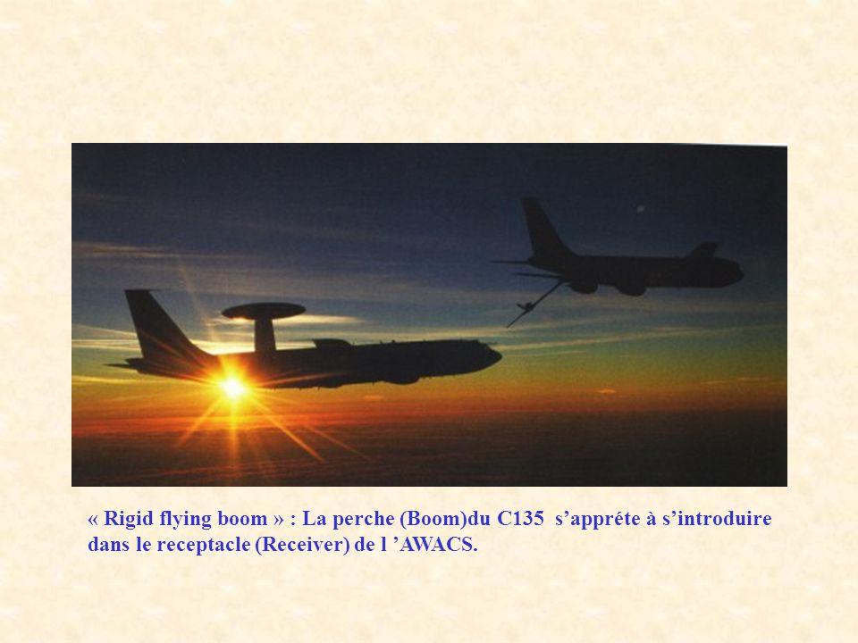 « Rigid flying boom » : La perche (Boom)du C135 sappréte à sintroduire dans le receptacle (Receiver) de l AWACS.