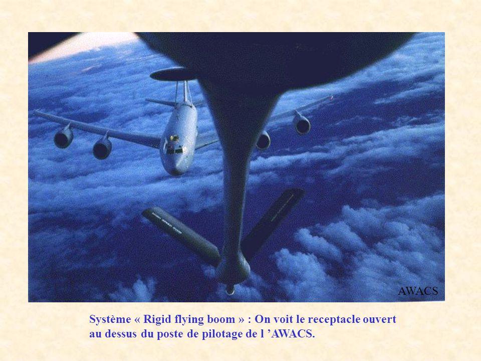 AWACS Système « Rigid flying boom » : On voit le receptacle ouvert au dessus du poste de pilotage de l AWACS.