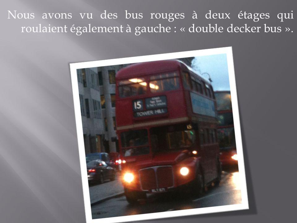 Nous avons vu des bus rouges à deux étages qui roulaient également à gauche : « double decker bus ».