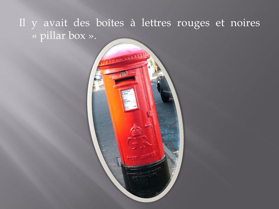 Il y avait des boîtes à lettres rouges et noires « pillar box ».