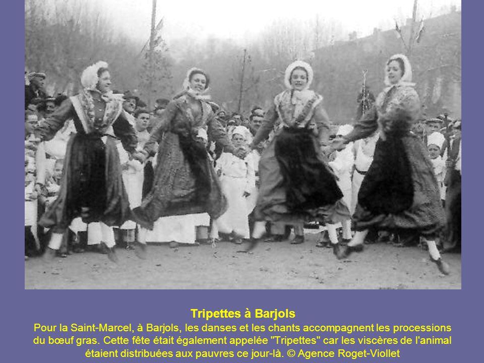 En route… A gauche : en 1900, une diligence sur la route joignant Prunières à Barcelonnette, devant le tunnel d Ubaye.
