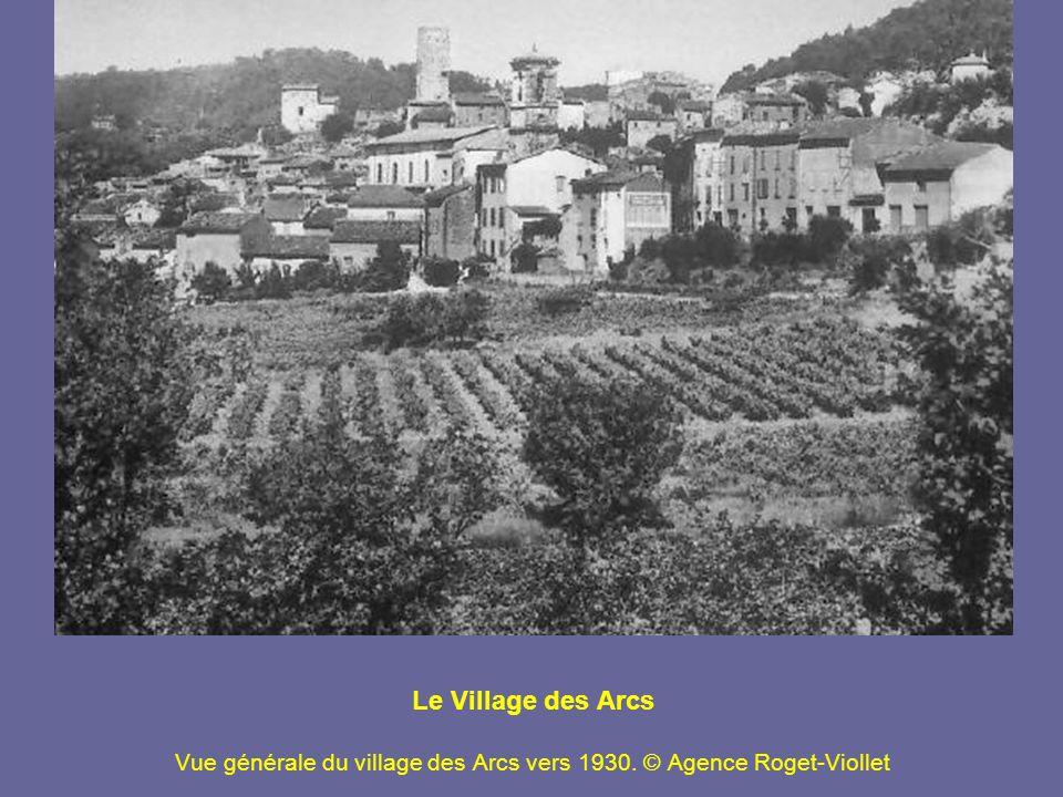 Les Lavandières Femmes au lavoir de Capesse, à Draguignan, une précieuse source dans une région où un village qui a de l eau est un village riche .