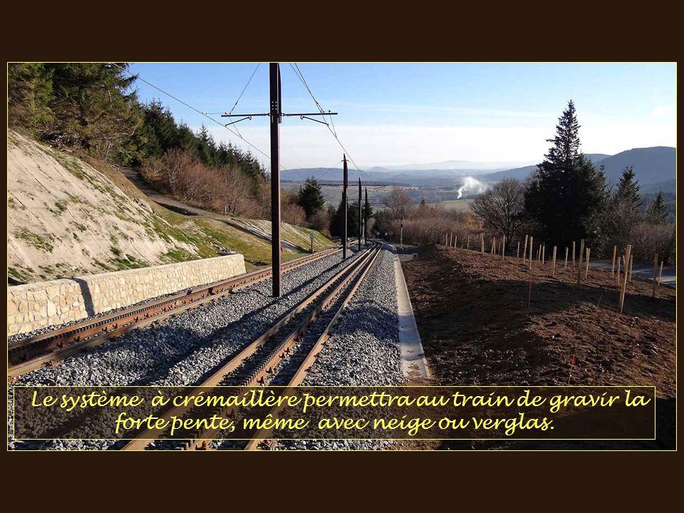 La ligne, longue de 5 km, est construite sur une partie de la route.