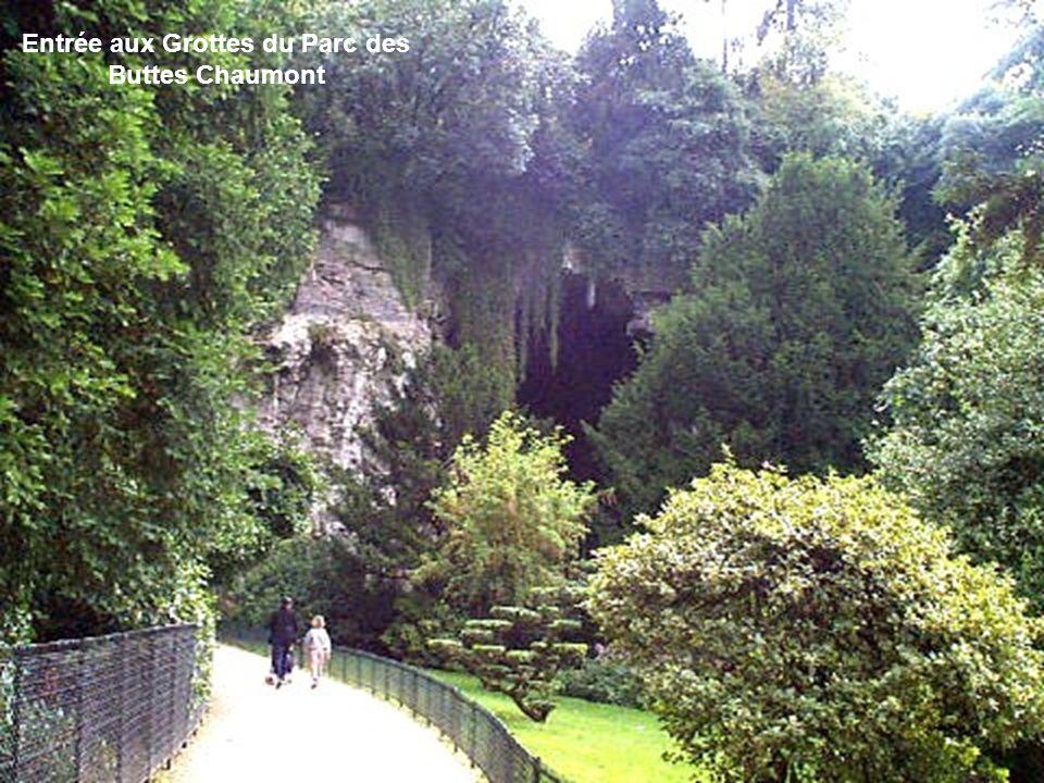 Pont suspendu au-desus du Lac du Parc des Buttes Chaumont