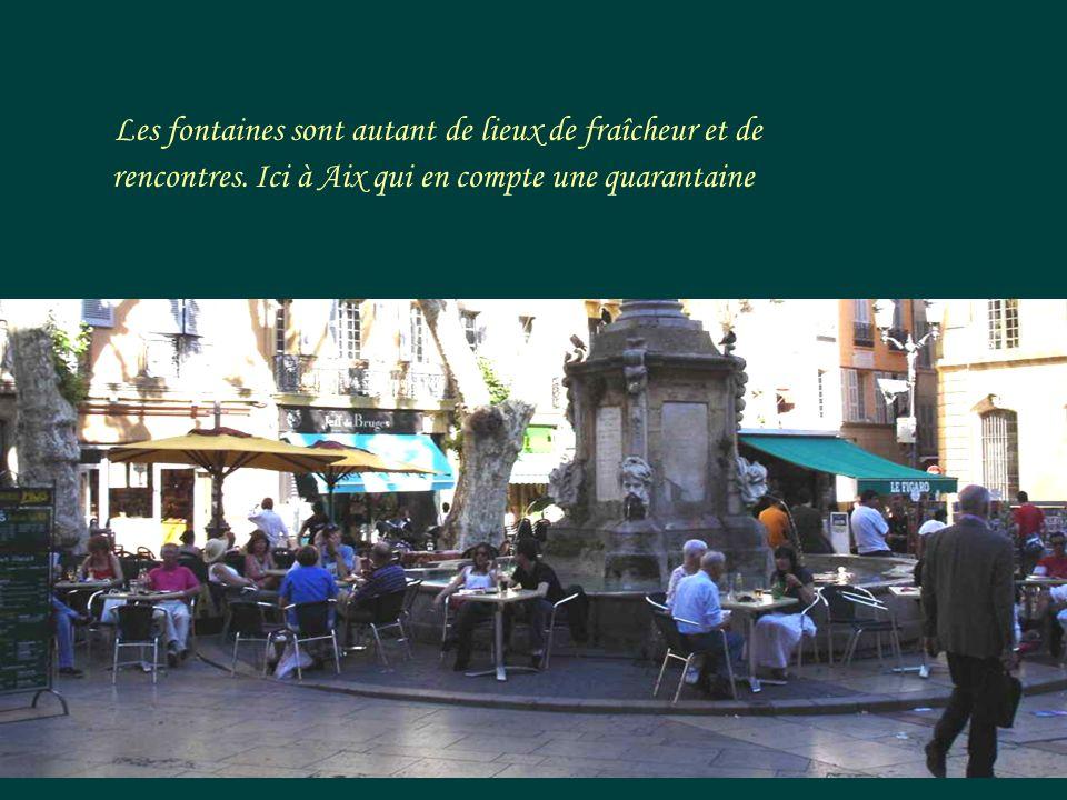 En Provence, les fontaines rythment rues, cours et places de villes et villages. Le Cours Mirabeau, à Aix.