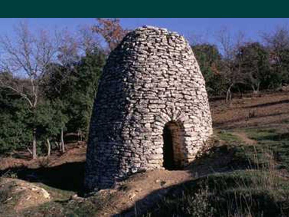 Un cabanon (cabane ou capitelles et trulli en Italie) de pierres, refuge de bergers, habitations anciennes ;Ne sest jamais appelé « borie » nom fantai