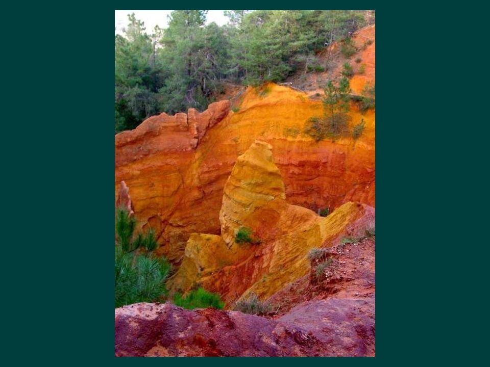 Roussillon est un village couleur de feu dont les murs sont recouverts de toute la gamme ses ocres ferrugineux. Un peu plus loin, les gorges de Rustre