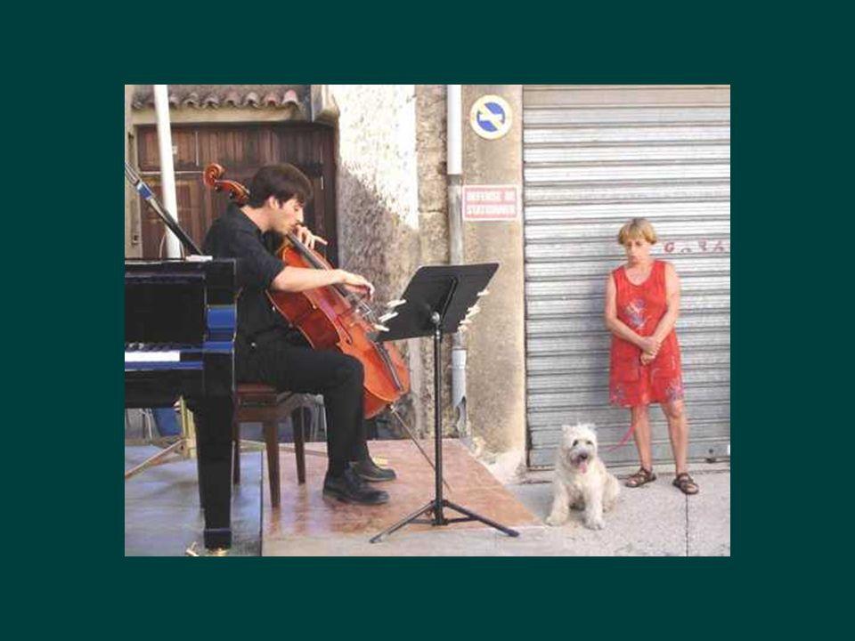 Mais le festival de Piano est bien vivant Avec quelques concerts dans les rues pour les manants et petit peuple….