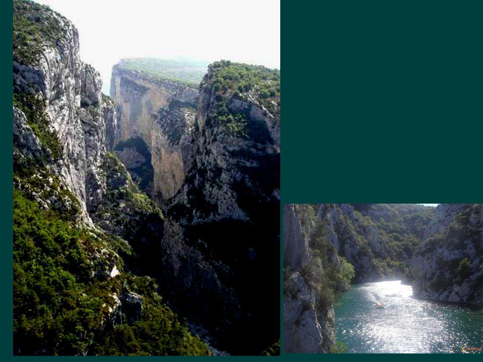 Les gorges du Verdon magnifiiques et effrayantes, avec le vieux village de Moustiers
