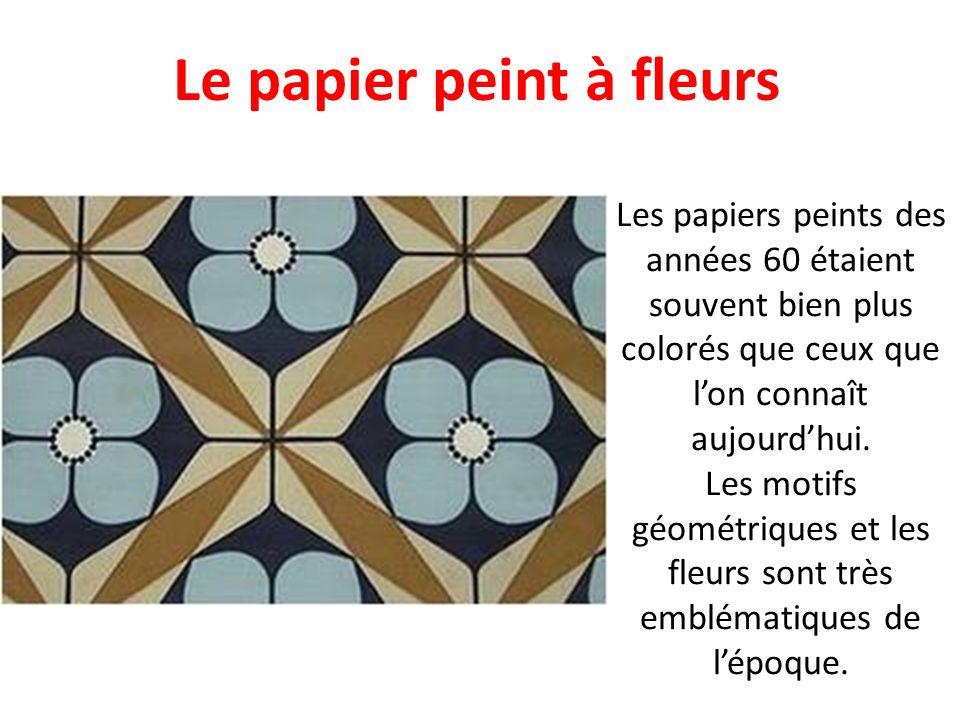 Les carreaux, très à la mode dans les années 60, sinvitaient aussi à table, sur les nappes et les serviettes. Les tissus étaient souvent rouge et blan