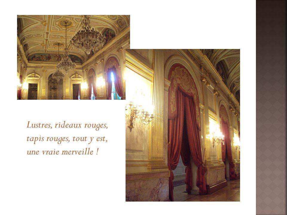 Lustres, rideaux rouges, tapis rouges, tout y est, une vraie merveille !