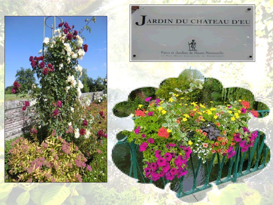 Le Roi Louis Philippe fit planter ensuite rosiers et rhododendrons vers 1830 et placer des statues.