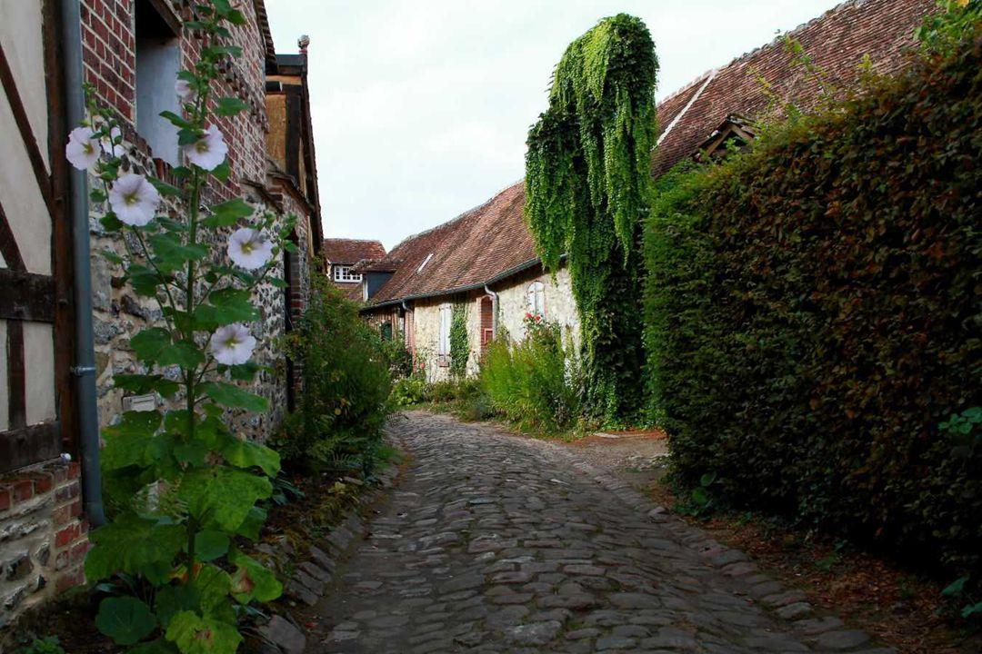 Ruelles pavées, maisons pittoresques aux styles variés et profusion de fleurs...