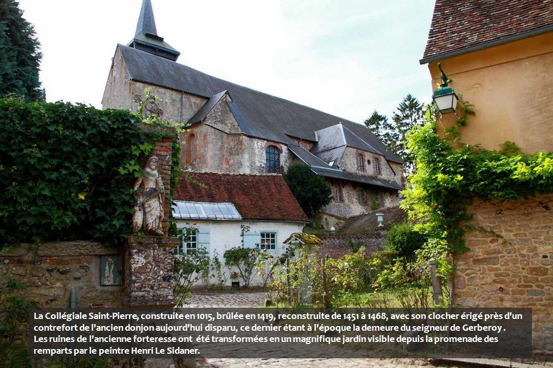 Jusqu'à la fin du XVIe siècle, une puissante citadelle était installée sur la colline, projetant l'ombre de ses tours sur les maisons du village. Elle