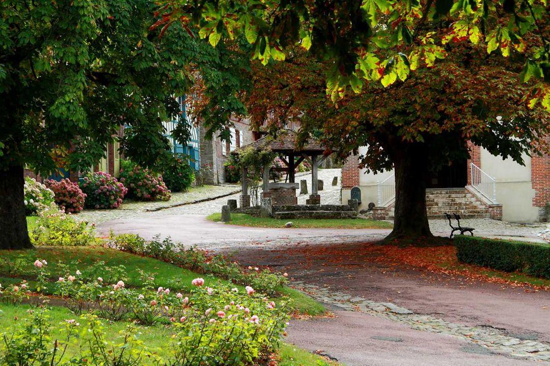 Gerberoy, classé parmi les plus beaux villages de France, est situé dans le département de l'Oise en région Picardie. Dès les premiers pas, le village
