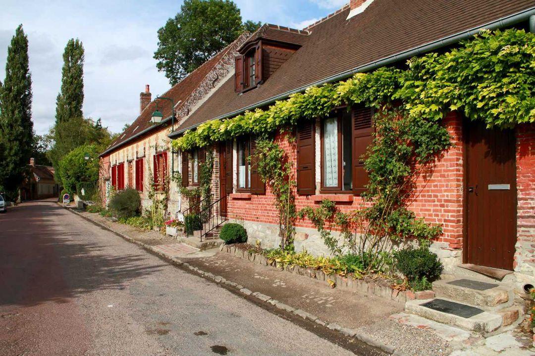 Gerberoy doit beaucoup à Henri Le Sidaner qui s'y est installé au début du XXe siècle. Le peintre s'est attelé à embellir le village, mais il s'est au