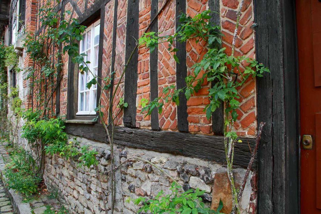 La Picardie et la Normandie se retrouvent dans le style des maisons de Gerberoy où torchis à colombages et hourdis de briques se côtoient dans un méla