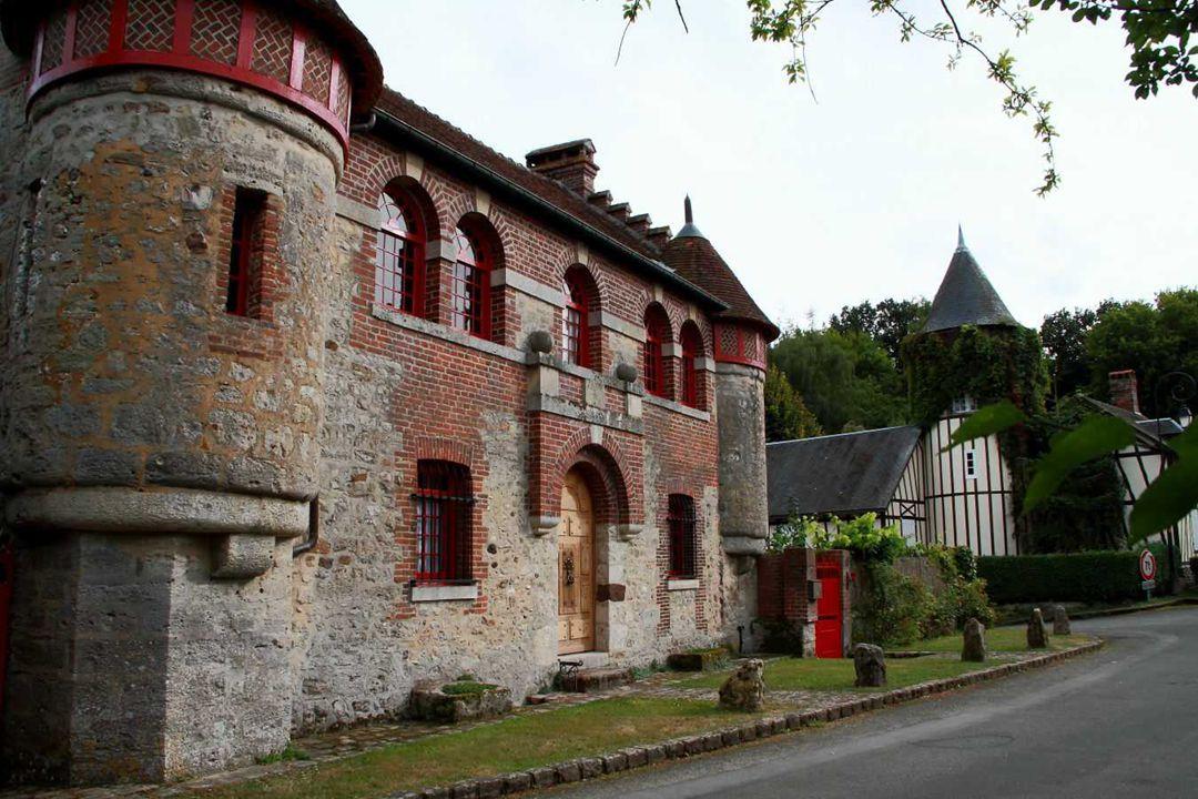 L'ancien Moulin à blé (XVe s.) du Vidamé à la Chapelle-sous-Gerberoy. Il s'agit d'un moulin à blé, fortifié et mû par la force hydraulique qui apparte