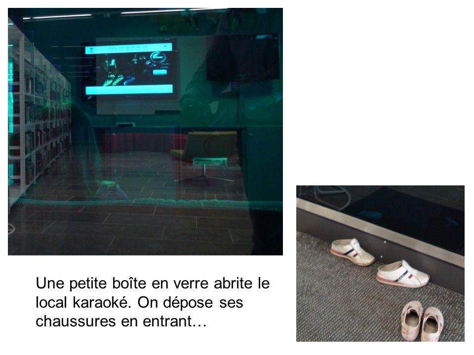 Une petite boîte en verre abrite le local karaoké. On dépose ses chaussures en entrant…