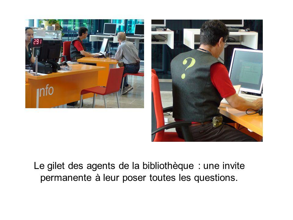 Le gilet des agents de la bibliothèque : une invite permanente à leur poser toutes les questions.