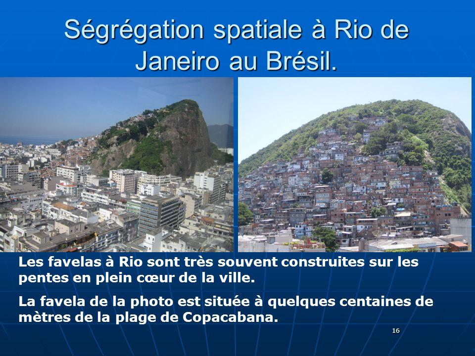 16 Ségrégation spatiale à Rio de Janeiro au Brésil. Les favelas à Rio sont très souvent construites sur les pentes en plein cœur de la ville. La favel