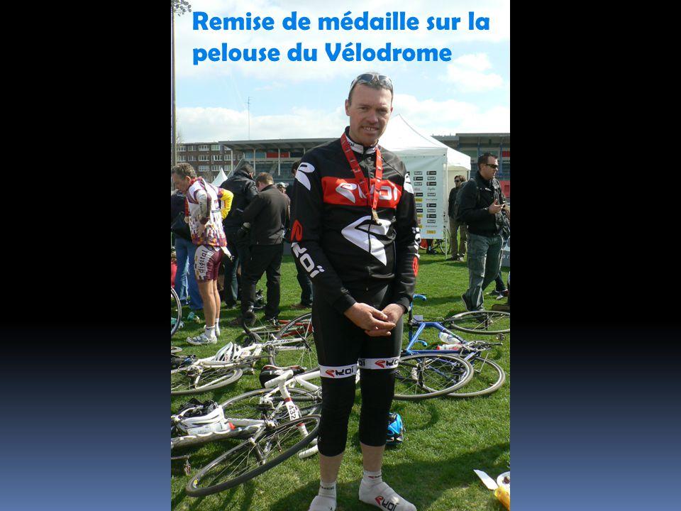 Remise de médaille sur la pelouse du Vélodrome