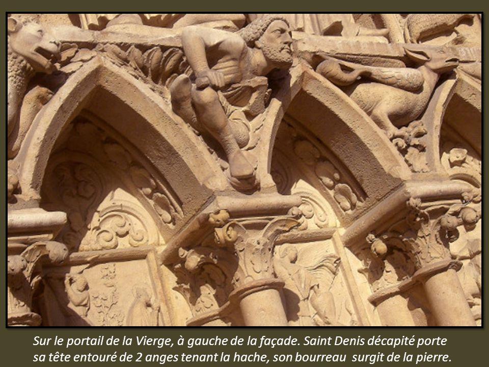 Balcon de la Vierge sur la façade principale devant la rosace. Groupe sculpté de la Vierge à l enfant entourée de deux anges.