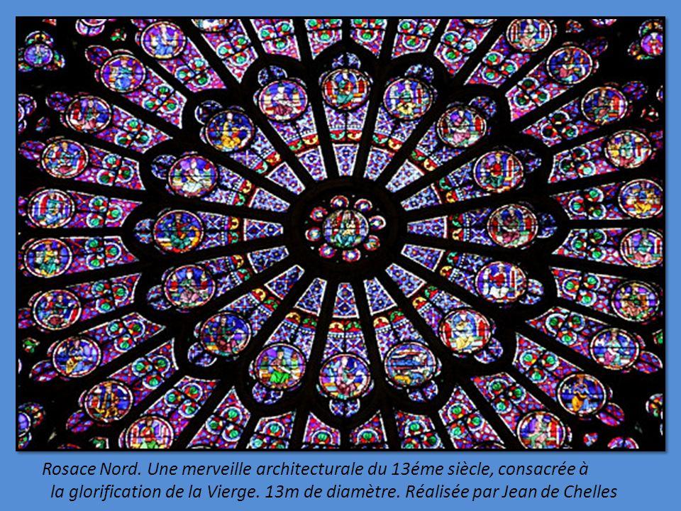 Sur le portail de la Vierge, à gauche de la façade. Saint Denis décapité porte sa tête entouré de 2 anges tenant la hache, son bourreau surgit de la p
