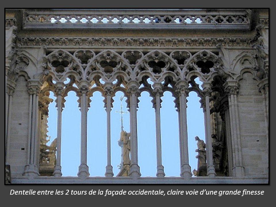 Piéta du chœur, derrière lautel, la sculpture de Nicolas Coustou, commandée par Louis XIV, statue de la Vierge éplorée.