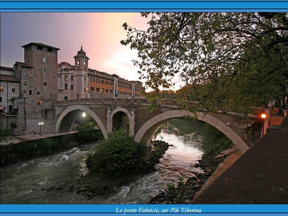 Le ponte Fabricio, sur l île Tiberina