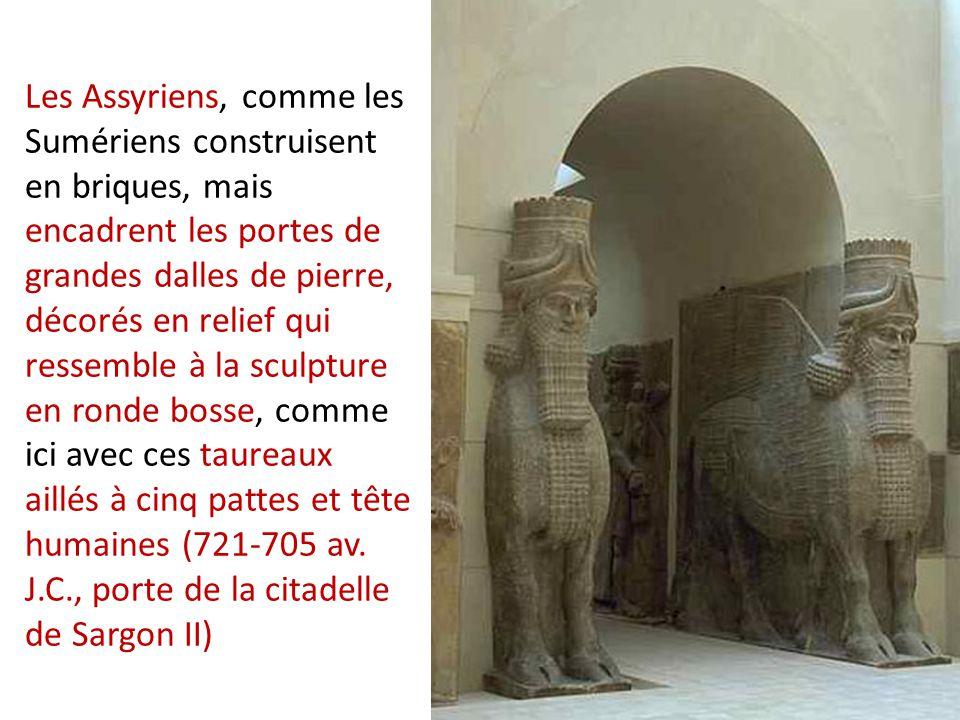 Les Assyriens, comme les Sumériens construisent en briques, mais encadrent les portes de grandes dalles de pierre, décorés en relief qui ressemble à l