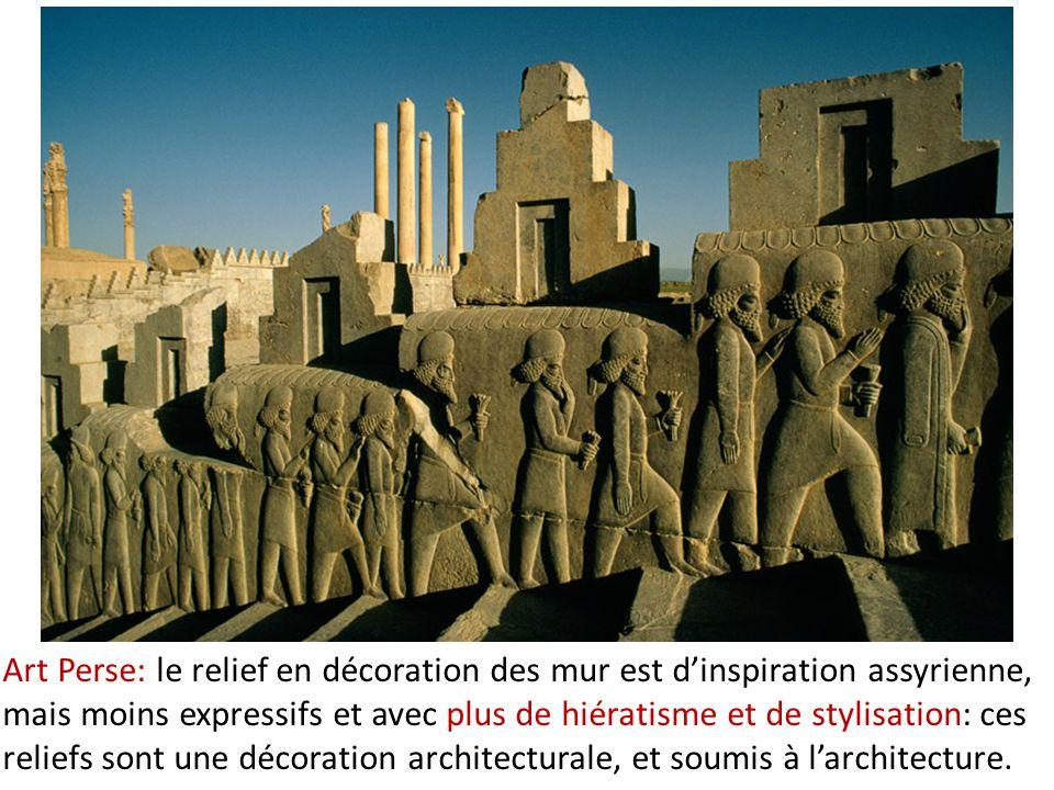 Art Perse: le relief en décoration des mur est d'inspiration assyrienne, mais moins expressifs et avec plus de hiératisme et de stylisation: ces relie