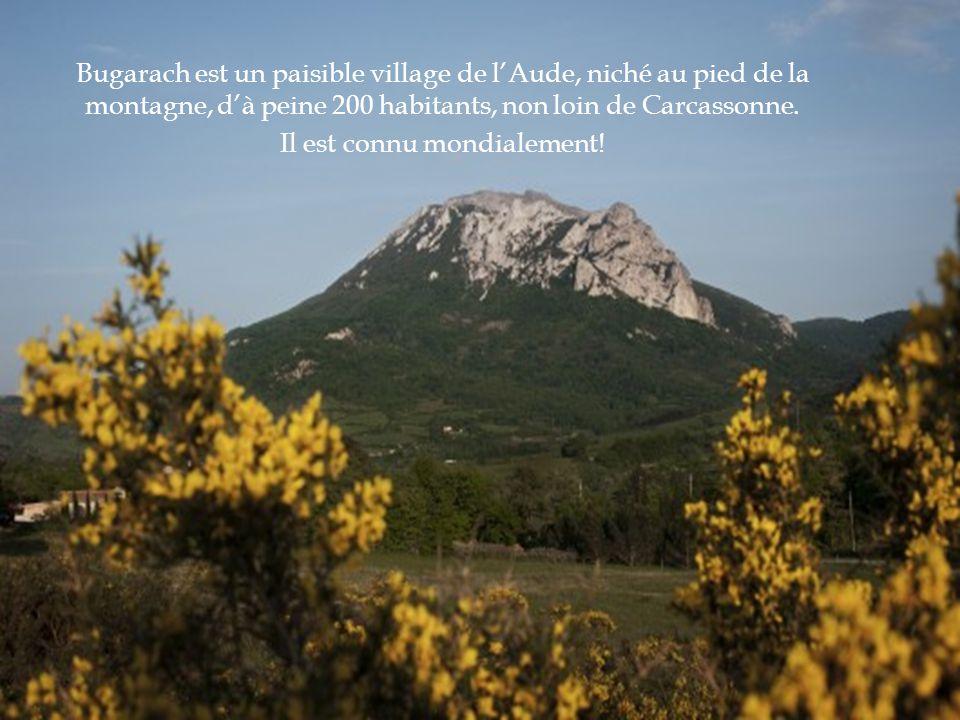 Bugarach est un paisible village de l'Aude, niché au pied de la montagne, d'à peine 200 habitants, non loin de Carcassonne.