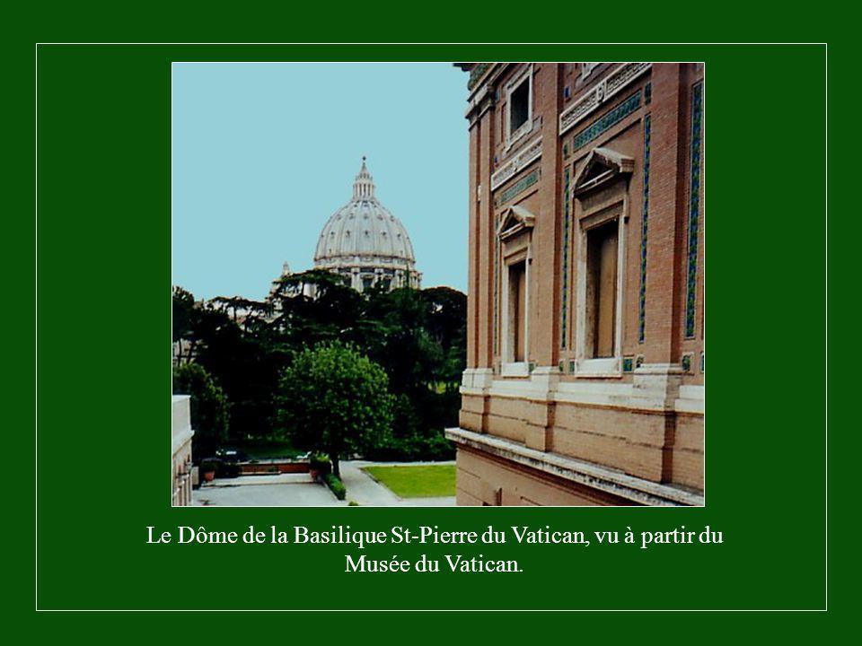 LA PIETÀ, œuvre originale de Michel Ange, elle est à l'intérieur de la Basilique St- Pierre.