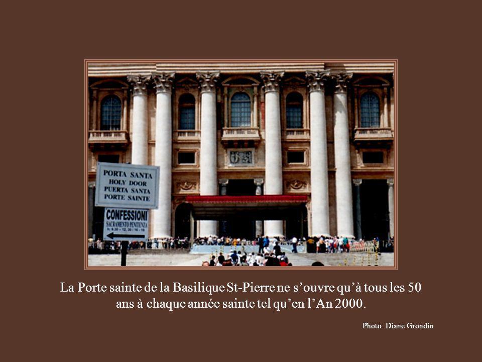 La Porte sainte de la Basilique St-Pierre ne s'ouvre qu'à tous les 50 ans à chaque année sainte tel qu'en l'An 2000.