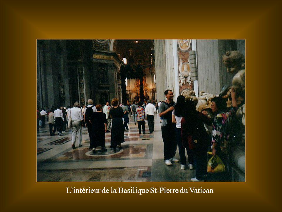 L'intérieur de la Basilique St-Pierre du Vatican