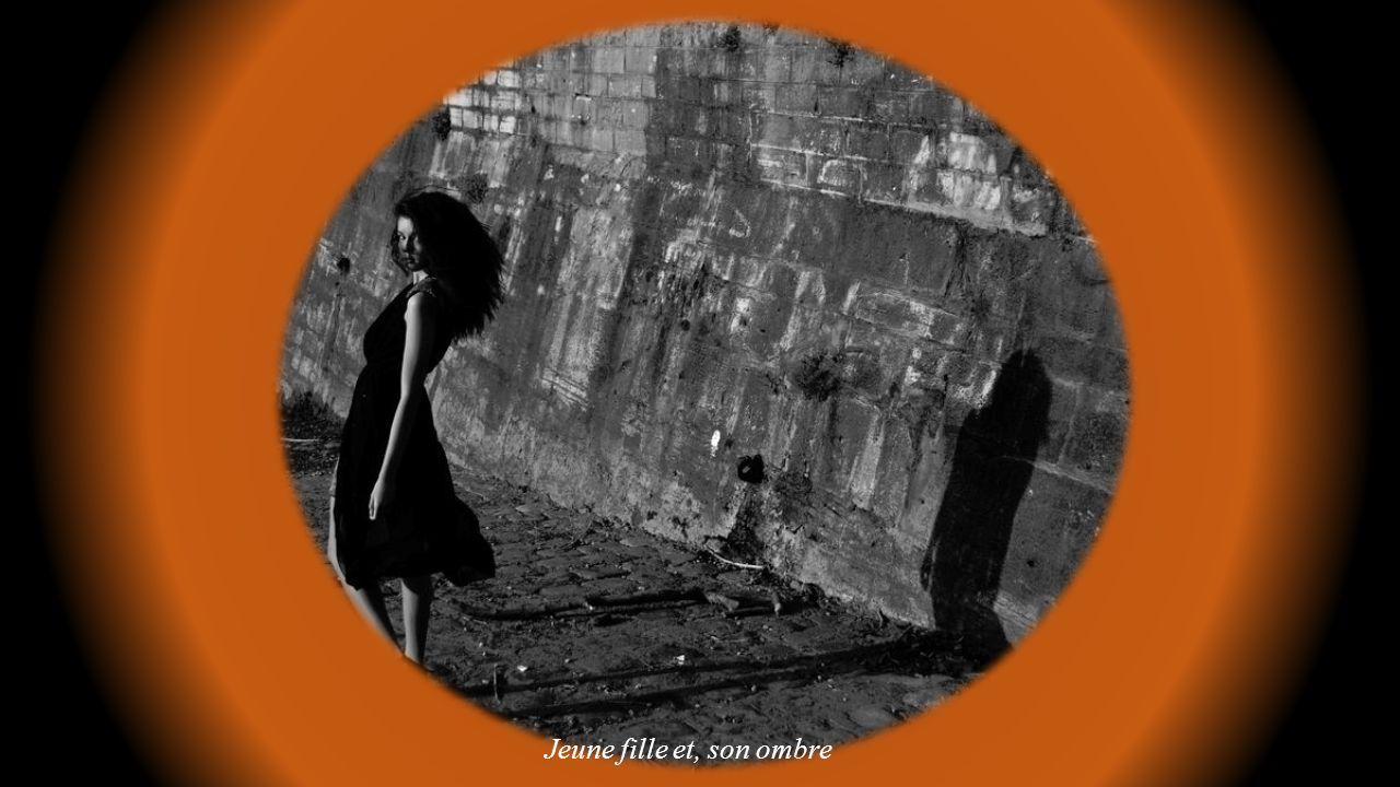 Jeune fille en noir et blanc avec arrière plan flou.