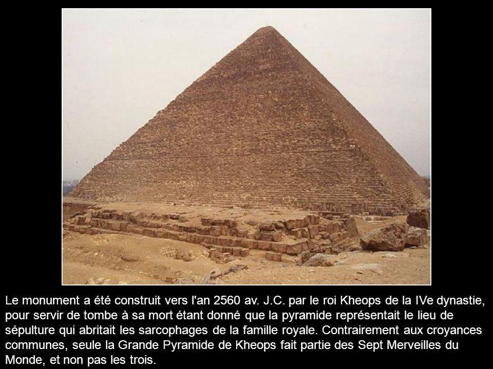 La Grande Pyramide se situe à Gizeh, une nécropole de l'ancienne cité de Memphis, à 8 km du Caire, là où se dressent les trois pyramides les plus célè