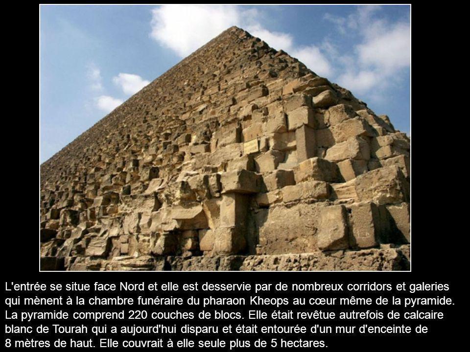 Le monument a été construit vers l'an 2560 av. J.C. par le roi Kheops de la IVe dynastie, pour servir de tombe à sa mort étant donné que la pyramide r