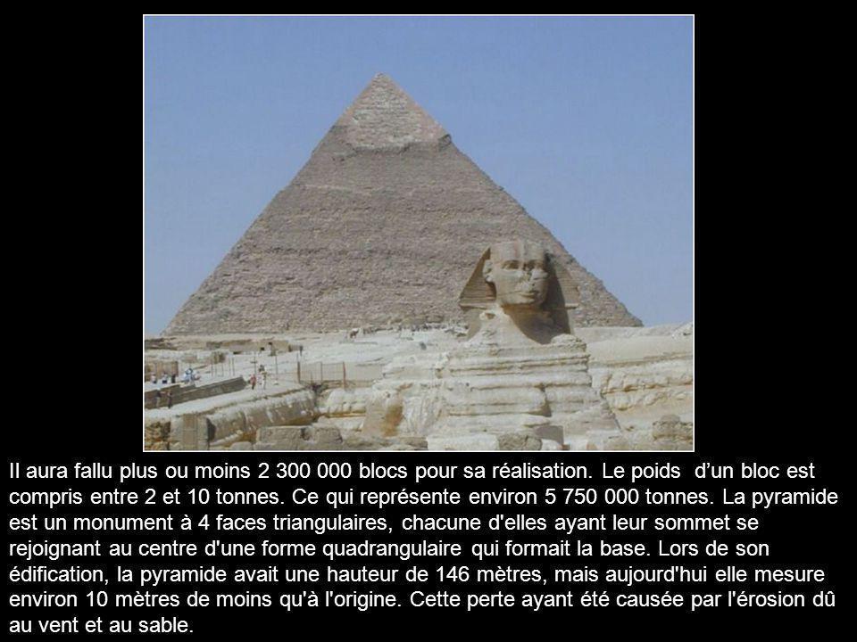 L'entrée se situe face Nord et elle est desservie par de nombreux corridors et galeries qui mènent à la chambre funéraire du pharaon Kheops au cœur mê
