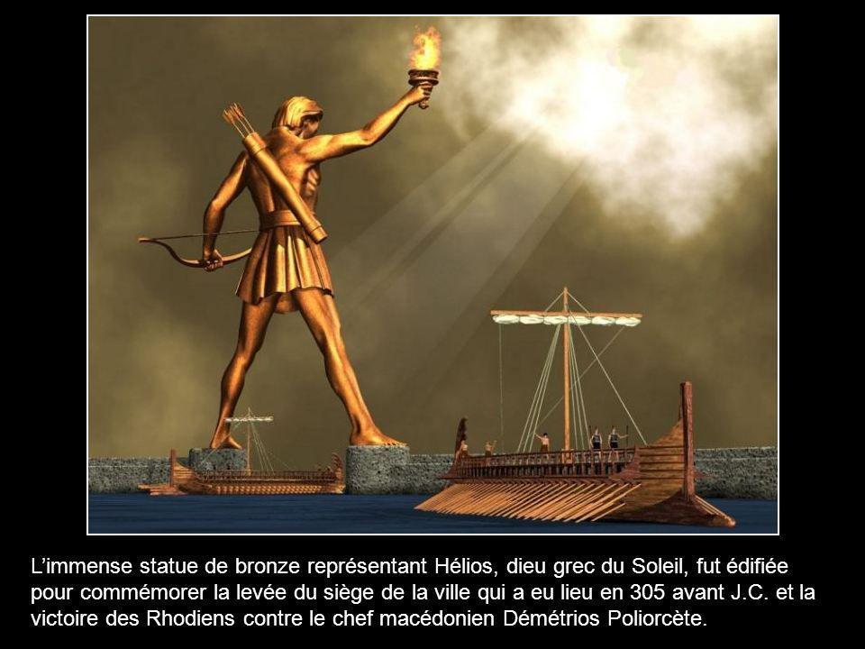 Commencée en 268 av. J.C. par Charès de Lindos, la construction fut achevée en 280 av. J.C. Il paraît même que Charès de Lindos se suicida lorsqu'il d