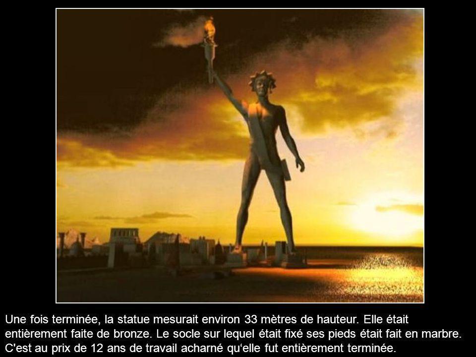 L'immense statue de bronze représentant Hélios, dieu grec du Soleil, fut édifiée pour commémorer la levée du siège de la ville qui a eu lieu en 305 av