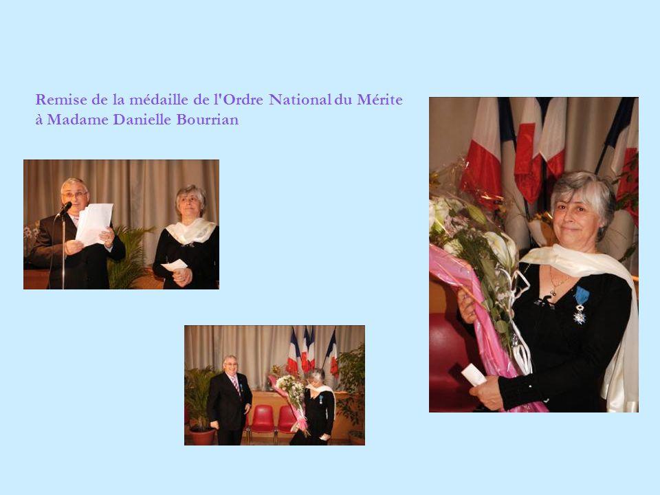 Remise de la médaille de l'Ordre National du Mérite à Madame Danielle Bourrian