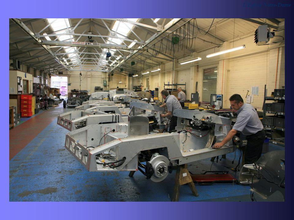 Après que l ossature en bois ait été assemblée, elles reçoivent leur carrosserie en acier, le moteur, la transmission, les suspensions et passent ensuite à l atelier peinture