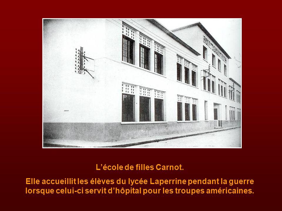 La cour du lycée Laperrine. Au fond, les bureaux du Principal et du Surveillant-Général.