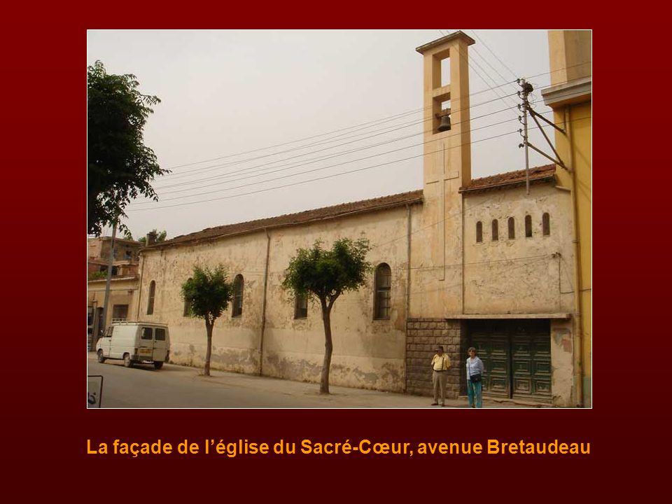 En juillet 1947, la chapelle du patronage de l'avenue Bretaudeau devint la paroisse du Sacré-Cœur avec l'abbé Dominique Vallarino comme curé. L'abbé V