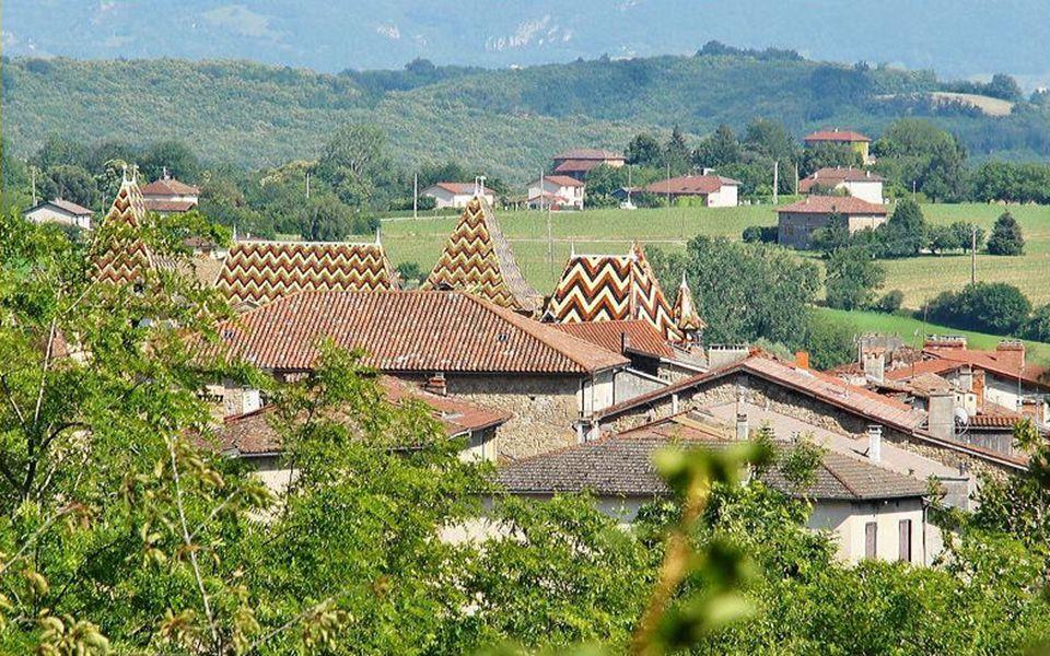 Vous êtes à St Antoine l'Abbaye, fondée en 1297 Par l'ordre des Antonins, moines guérisseurs. Entre Grenoble et Valence, à 25 kms de Romans. Une magni