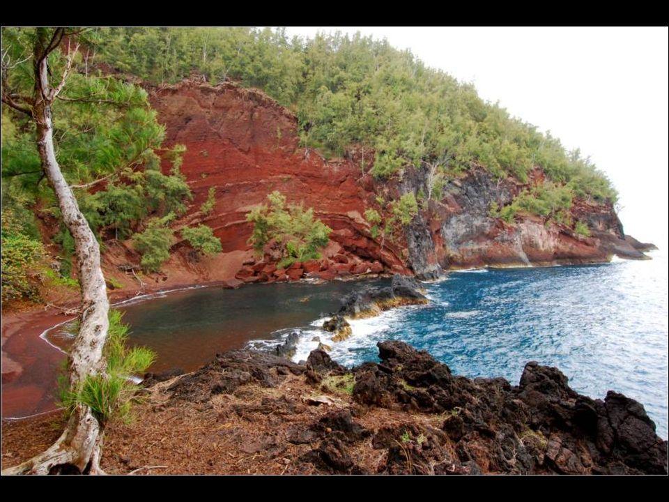 Cette plage de l'île Mauim aux Hawaïs n'est pas toujours facile d'accès mais les promenades en valent la peine. La couleur rouge du sable vient de l'é