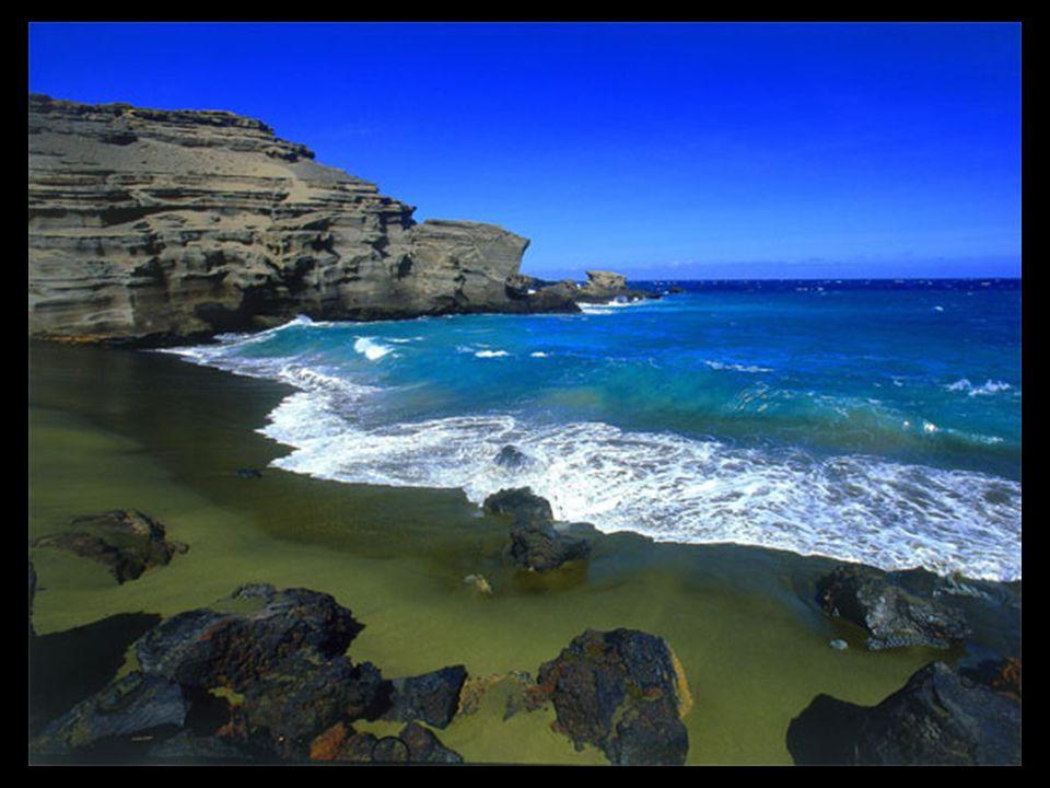 Pierre de couleur verte, un composant de lave aux Hawaï, est présente en relatives grandes quantités à Papakolea. Le sable de ces plages présente de c